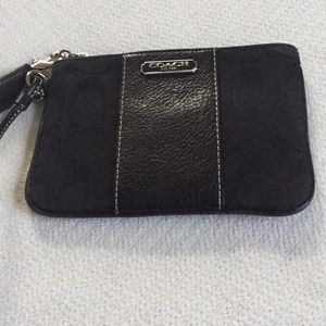 Euc Coach wristlet black color purple lining👛👛👛